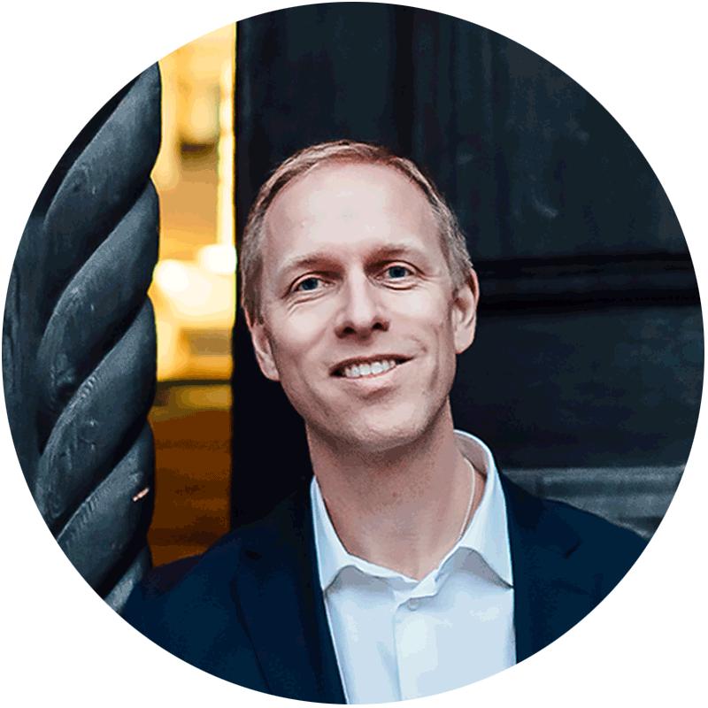 Anders Richtnér - vd för SSE Executive Education - framför Handelshögskolan i Stockholm